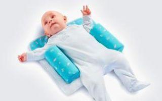 Ортопедическая подушка для новорожденных в кроватку: нужна ли при кривошее и как выбрать правильную модель?