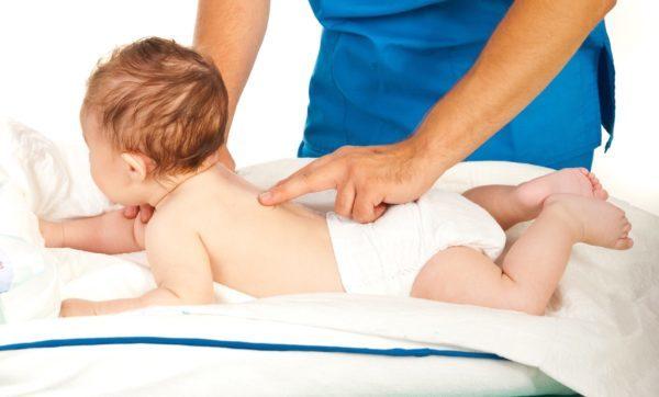 Проверяем позотонические рефлексы у ребенка