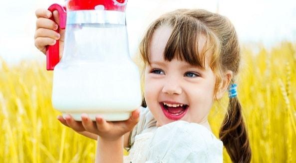 Когда можно давать ребенку молоко