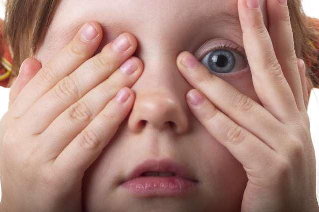 У ребенка дергается глаз - почему так происходит?