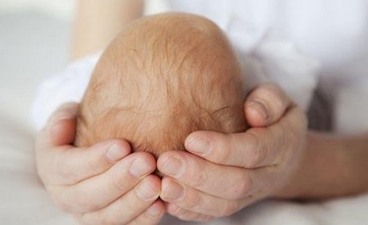 Пульсирует родничок у грудничка: причины, насколько это опасно