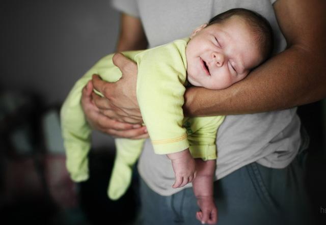 Почему полезно носить ребенка на руках
