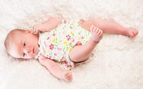 Размеры одежды для новорождённых: как определить, таблица по месяцам