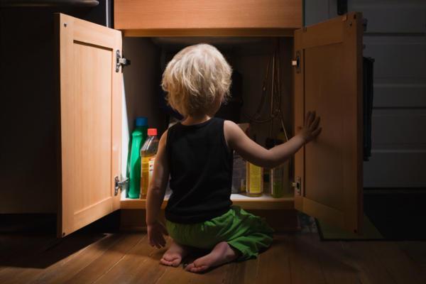 Первая помощь ребенку при отравлении бытовой химией или лекарствами