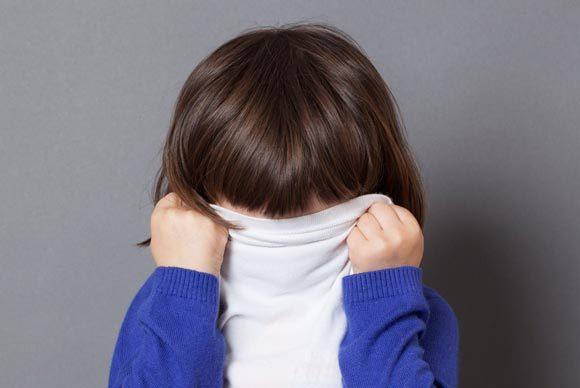 Ребенок стесняется знакомиться с детьми