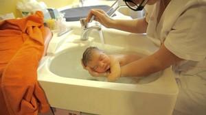 Первое купание новорождённого после роддома: подробная инструкция и советы