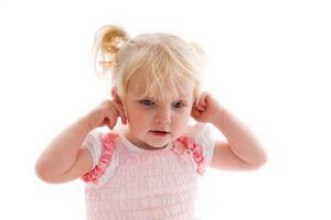 У ребёнка закладывает уши: почему и что делать