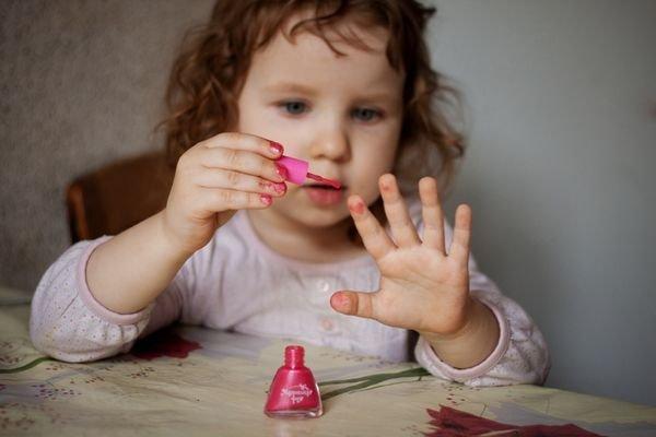 Ребенок грызет ногти: причины, что делать, как отучить