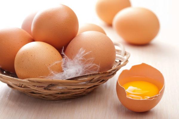 Когда и как давать ребенку яйца