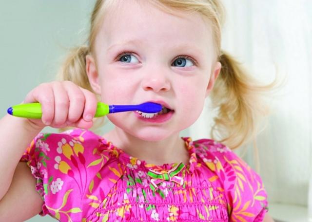 Можно ли чистить зубы ребенку взрослой пастой?