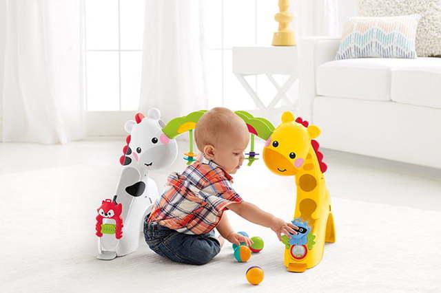 Что подарить ребенку на 1 год: какие игрушки купить мальчику или девочке?