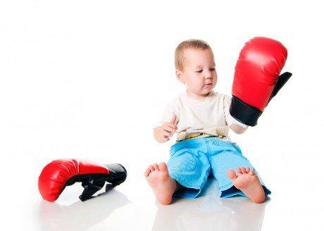 Ребенок бьет себя по голове: причины, советы доктора