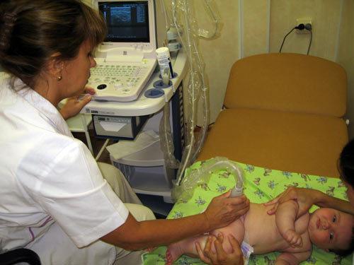 У новорожденной набухла грудь: что делать?