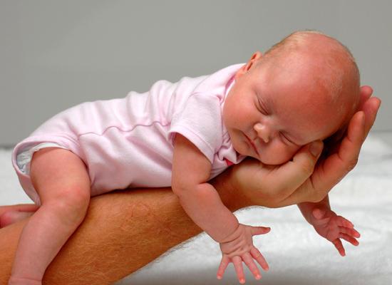 Выкладывание новорожденного на живот – дань моде или…