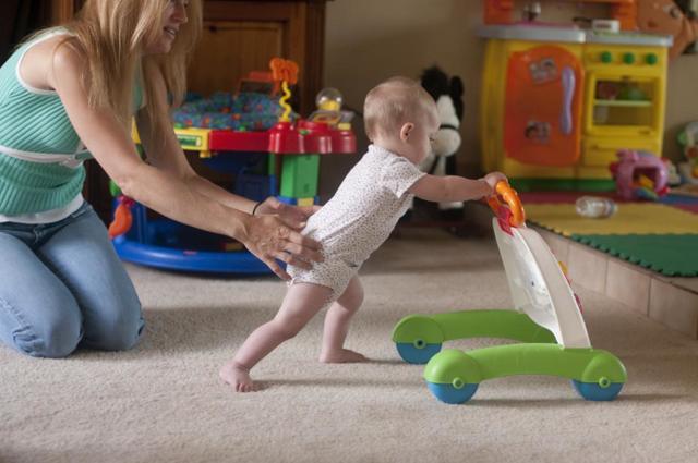 Нужны ли ребенку ходунки
