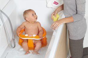 Когда начинать купать ребенка в большой ванне