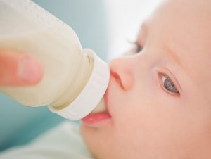 Какая смесь для новорождённых лучше: виды, советы, рейтинги