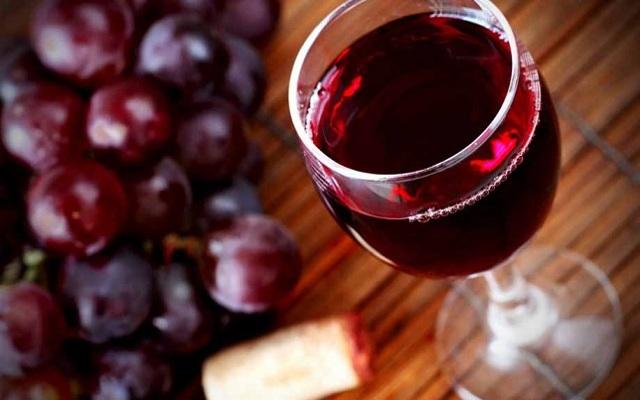 Какое действие на АД оказывает красное вино?